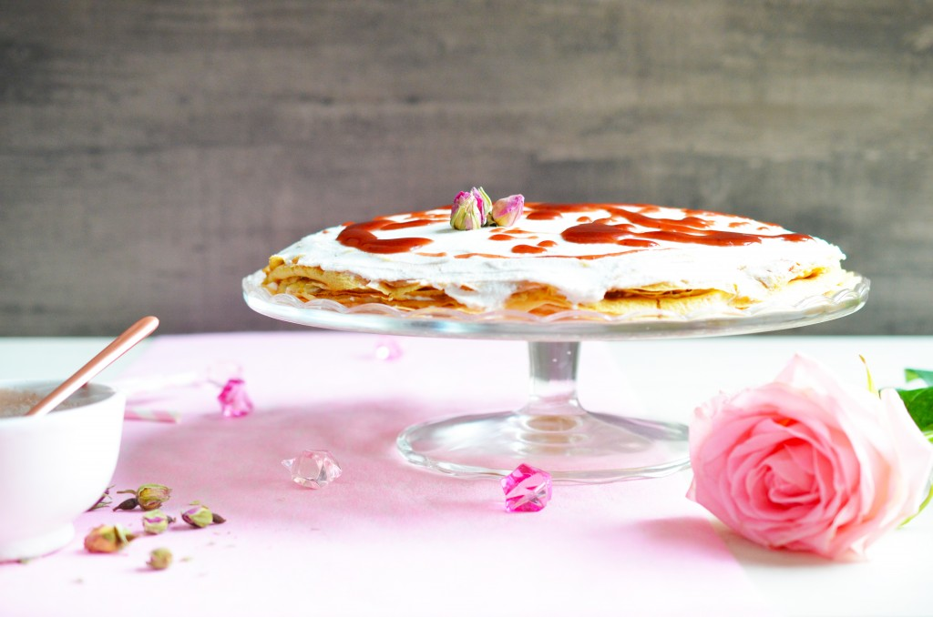 Gâteau de crêpes, sauce fraise & rose