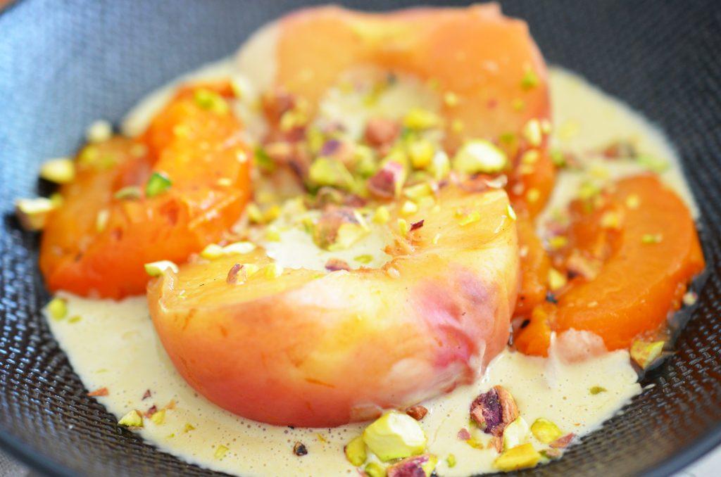 Zoom Fruits d'été pochés et crème de pistache